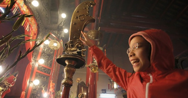 Glimpse of Chinese New Year:  Paying tribute to gods