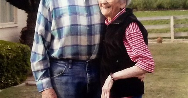Couple married 67 years holds hands in final hours together