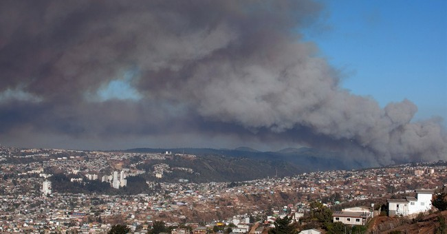 Chile forest fire rages near Valparaiso, thousands evacuated