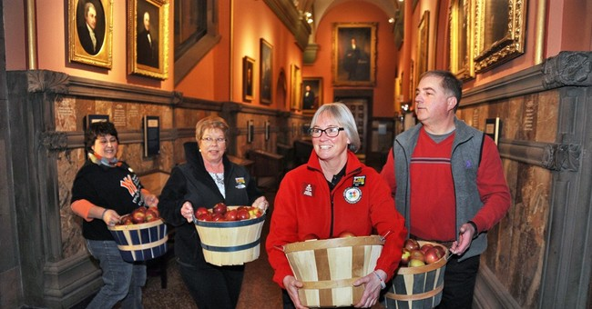 Teachers take 1,000 apples to New York governor in protest