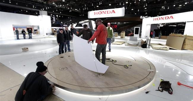 Mayor tours auto show setup, highlights Detroit's progress