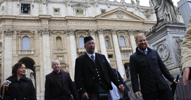 Pope meets relatives of Britons slain by Islamic State group