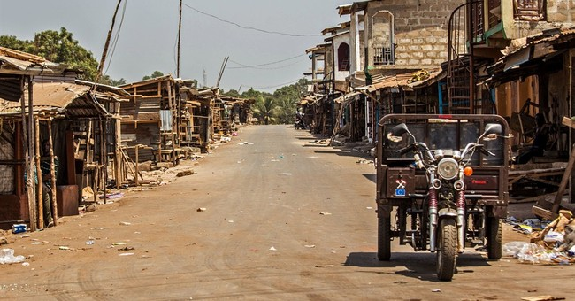 Guinea deploys police as Sierra Leoneans flee Ebola lockdown