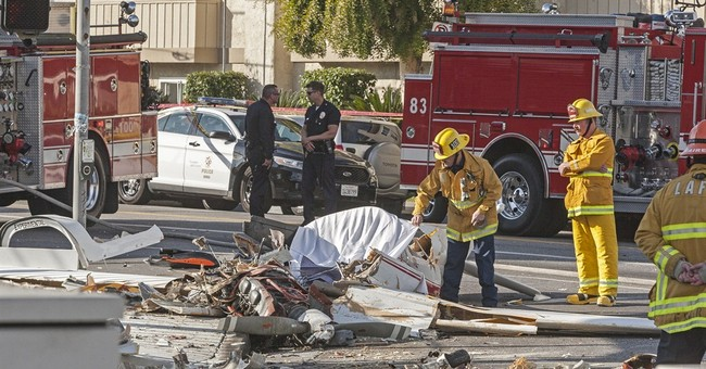 1 killed as small plane crashes on Los Angeles street