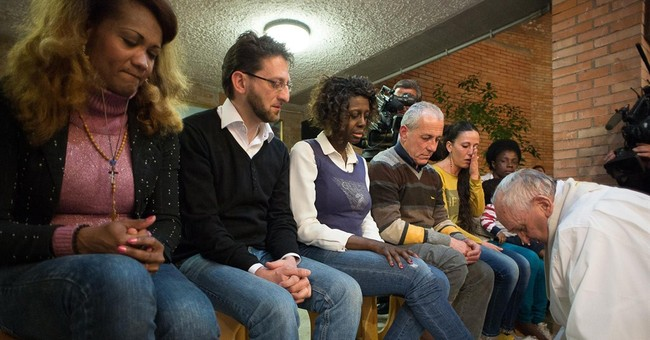 Holy Thursday: Pope washes the feet of 12 inmates, 1 infant