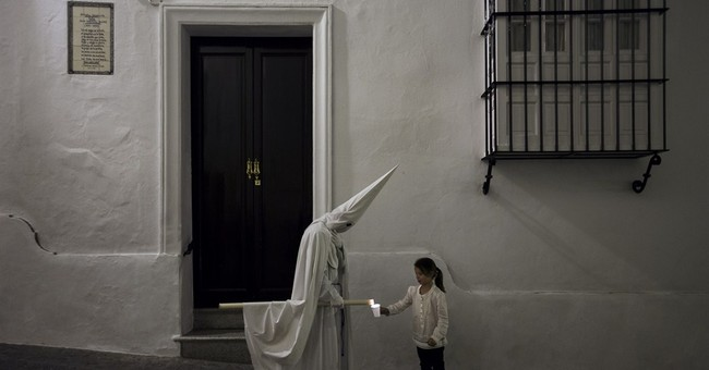 AP PHOTOS: Colorful parades tell Passion of Christ in Spain