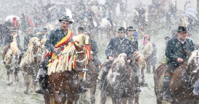 Bavarian riders brave snow for traditional Easter parade