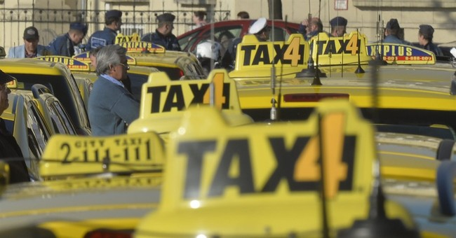 Hungary: Hundreds of taxis slow traffic in anti-Uber protest