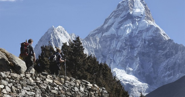 2 Brits, Mexican are 1st foreigners on Everest in 2 years