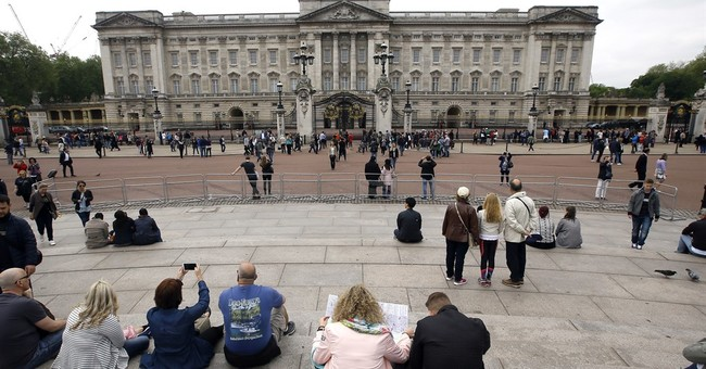 UK police arrest man who scaled wall at Buckingham Palace