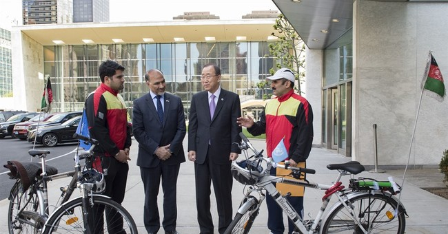 Afghan cyclists present UN chief with peace message