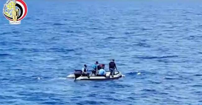 Egypt sends submarine to hunt for crashed jet's black boxes