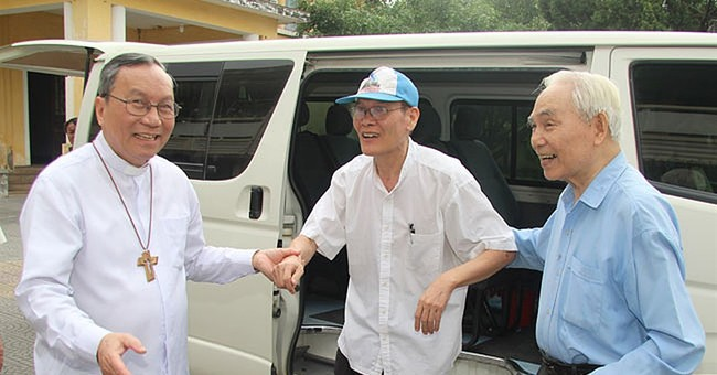 Vietnam frees jailed dissident priest ahead of Obama's visit