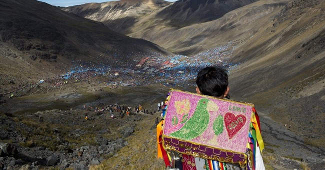 Thousands of Peruvian pilgrims attend Snow Star Festival