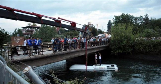 14 people killed in Turkish school trip bus crash