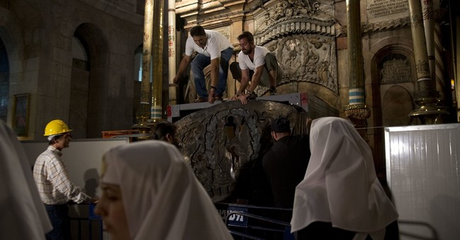 In sign of unity, Christians renovate Christ's tomb together