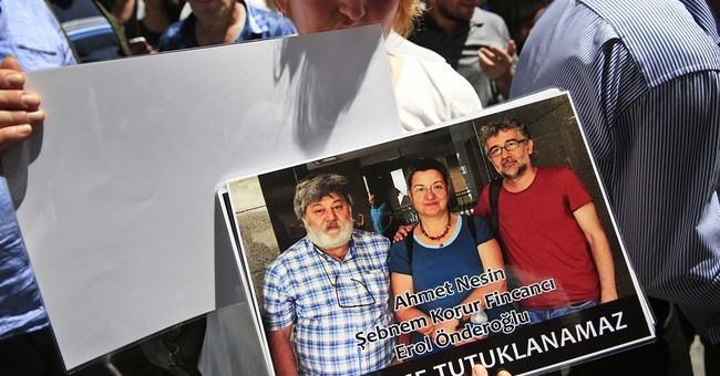 Protest in Turkey after arrest of journalists, academic