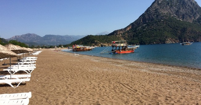 Forest fire threatens Turkish resort; tourists evacuated