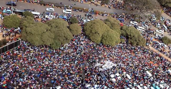 Tens of thousands rally to support Zimbabwe's Mugabe