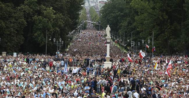 Huge crowd at Polish shrine hears pope hail their faith