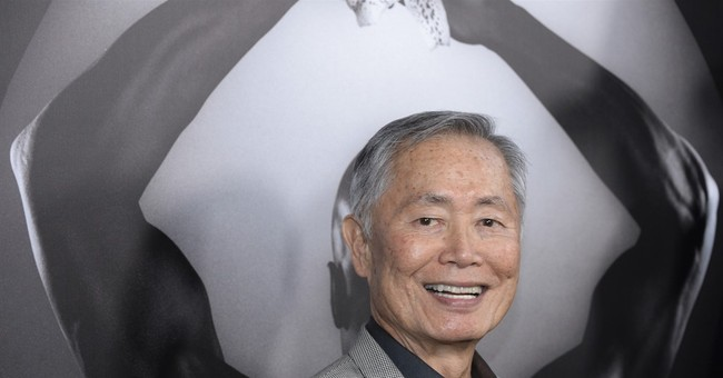 George Takei calls Donald Trump to task, in Spanish
