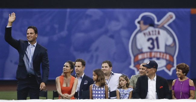 Hall of Famer Mike Piazza has his No. 31 retired by Mets