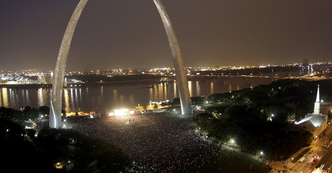 Mysterious light over Gateway Arch stumps St. Louis