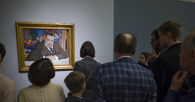Russians wait hours in freezing weather to see art exhibit