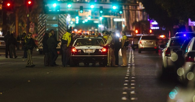 Police: Vegas Strip sidewalk jammed when officer shot at man