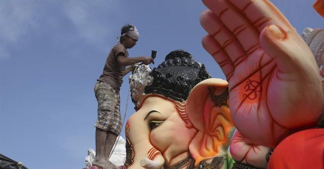 Image of Asia: Painting a Ganesha idol