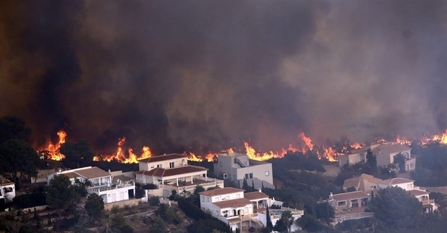 Spanish wildfire forces 1,000 from their homes near Valencia