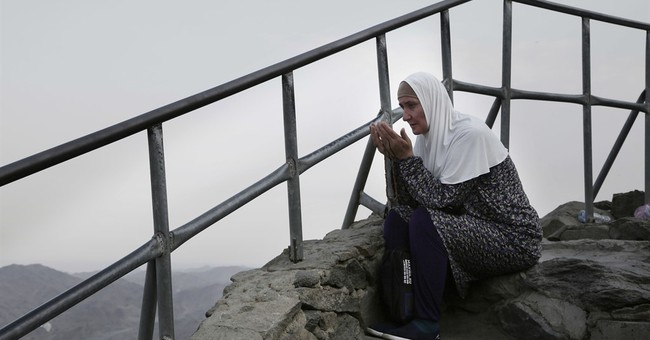 AP PHOTOS: Faithful await hajj on historic Saudi mountaintop