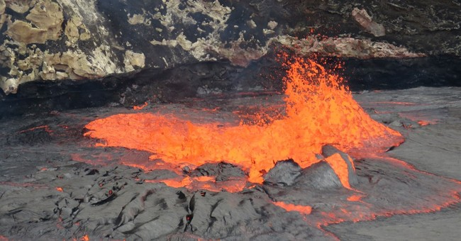 Hawaii volcano offers view of rolling, spattering lava