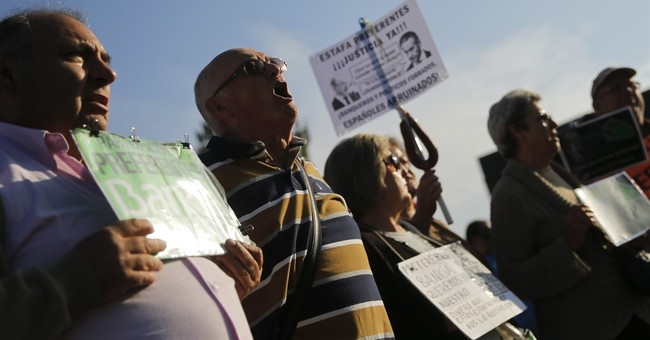 Spain: Protesters jeer ex-IMF boss as bank card trial starts