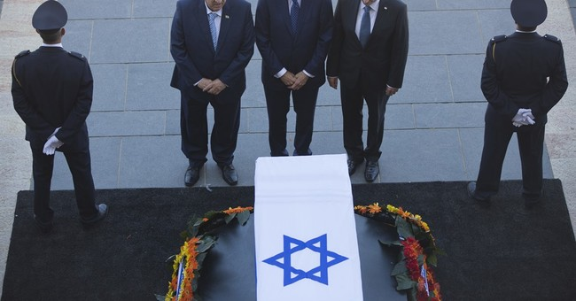 Israelis pay respects to Peres, Clinton arrives in Israel