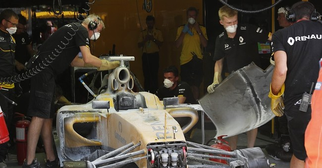 Fuel leak causes lengthy pit lane fire at Malaysian GP