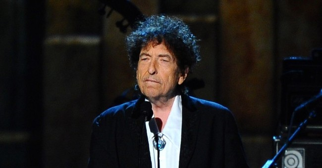 The Latest: Bob Dylan opens Desert Trip with 80-minute set