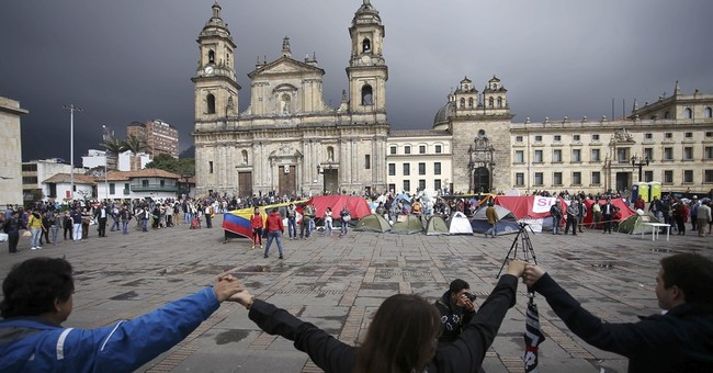 Colombian youth set up tent city to demand peace deal