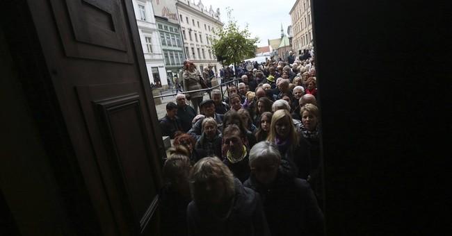 Hundreds mourn top filmmaker Andrzej Wajda in Poland