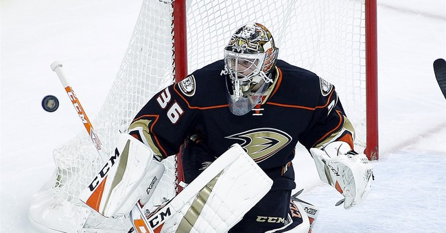 Ducks snap winless start with 3-2 win over Flyers