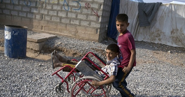 Displaced Iraqis watch Mosul offensive with longing and fear