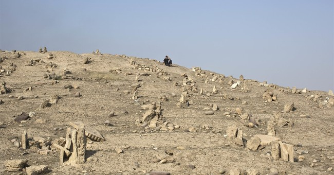 Iraqis bury their dead in cemetery destroyed by IS