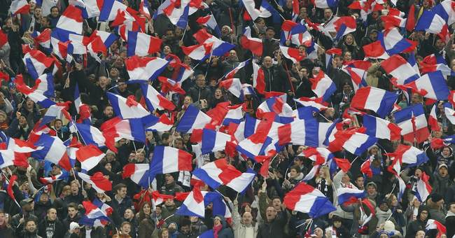 Silent fans remember victims of Paris attacks 1 year on