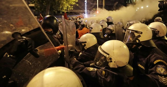 Tear gas as anti-Obama protesters clash with Greek police