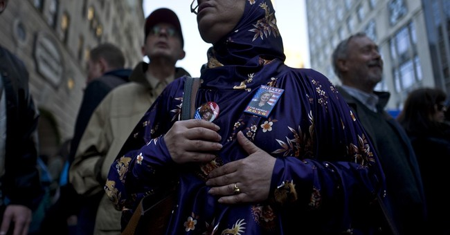 AP PHOTOS: Election news gets woven into everyday NYC life