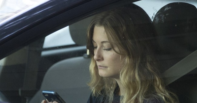 Gov't wants phone makers to lock out most apps for drivers