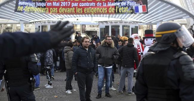 Fair workers block Paris plaza to save giant Ferris wheel