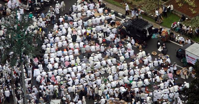 Indonesia blasphemy protest swells to crowd of 200,000