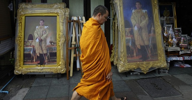 New Thai king's first duty is to honor late father