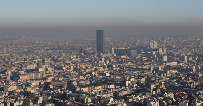 Paris bans half of cars to tackle new peak of pollution
